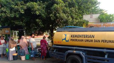 Sejumlah warga Kota Bogor mengantre air bersih