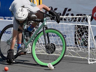 Seorang peserta bersiap memukul bola saat bermain Polo-Bike pada hari kedua World Bike Forum 2017 di Zocalo Square di Mexico City (20/4). Kegiatan ini bertujuan untuk mendukung mobilitas pengguna sepeda di kota-kota besar. (AFP Photo/Alfredo Estrella)