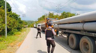 Personel Brimob Polda Riau berjaga di pos penyekatan larangan mudik perbatasan Riau-Sumatra Barat.
