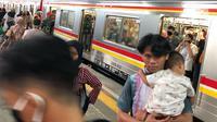 Penumpang berada di rangkaian KRL Commuter Line jurusan Bogor-Jakarta Kota di Stasiun Depok Baru, Jawa Barat, Senin (25/5/2020). Banyaknya warga yang silaturahmi selama lebaran menyebabkan perjalanan KRL tetap dipadati penumpang, meskipun waktu operasional dibatasi. (Liputan6.com/Immanuel Antonius)