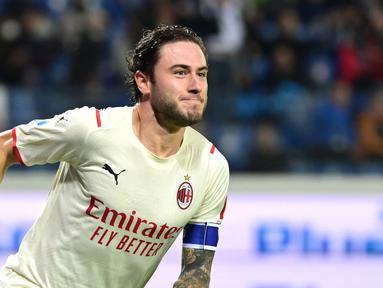Pemain AC Milan Davide Calabria mencetak gol ke gawang Atalanta pada pertandingan Liga Italia Serie A di Stadion Gewiss, Bergamo, Italia, 3 Oktober 2021. AC Milan menang 3-2 atas Atalanta. (MIGUEL MEDINA/AFP)