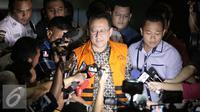 Ketua DPD Irman Gusman resmi memakai baju tahanan usai diperiksa KPK, Jakarta, Sabtu (17/9).  Ketua DPD terbukti menerima suap sebesar Rp100 juta terkait kebijakan kuota gula impor. (Liputan6.com/Helmi Afandi)