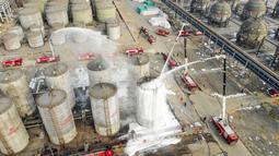 Foto dari udara ini menunjukkan para petugas pemadam kebakaran ambil bagian dalam latihan darurat mengatasi bahaya kimia dan kecelakaan terkait musim dingin di Wuhai, Daerah Otonom Mongolia Dalam, China utara (25/11/2020). (Xinhua/Peng Yuan)
