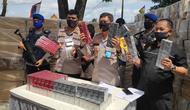 Direktur Polisi Air Polda Riau Komisaris Besar Badarudin bersama tersangka dan barang bukti rokok tanpa cukai. (Liputan6.com/M Syukur)
