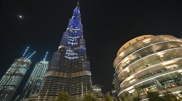 Burj Khalifa, bangunan tertinggi di dunia, diterangi untuk merayakan sepuluh tahun pembangunannya di Dubai pada 4 Desember 2020. (Giuseppe CACACE / AFP)