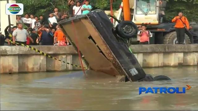 Kelebihan beban, sebuah mobil pikap tercebur ke Kali Malang. Sang sopir hilang diduga terseret arus sungai.