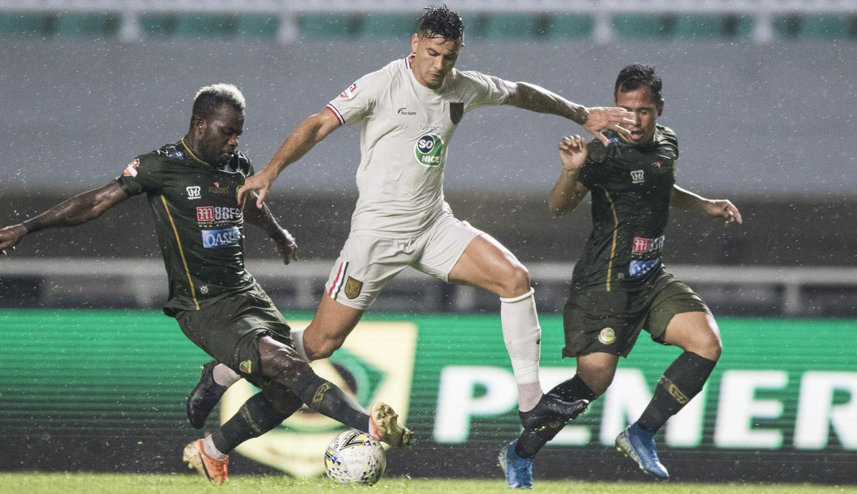 Striker Persela Lamongan, Alex Dos Santos, menghindari gelandang Tira Persikabo, Essengue Parfait, pada laga Liga 1 di Stadion Pakansari, Bogor, Senin (16/12). Kedua klub bermain imbang 1-1. (Bola.com/Vitalis Yogi Trisna)