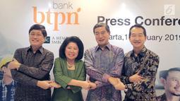 Jajaran Direksi dan Komisaris PT Bank BTPN dan PT Bank Sumitomo Mitsui Indonesia bersalaman pada acara penggabungan (merger) kedua bank. di Jakarta, Jumat (1/2). Merger guna memperkuat bisnis Bank BTPN. (Liputan6.com/HO/Ading)