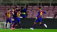 Para pemain Barcelona merayakan gol yang dicetak oleh Ousmane Dembele ke gawang Real Valladolid pada laga Liga Spanyol di Stadion Camp Nou, Selasa (6/4/2021). Barcelona menang dengan skor 1-0. (AFP/Pau Barrena)