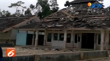 Menurut warga gempa yang mengguncang desa mereka berlangsung sekitar satu sampai dua menit.
