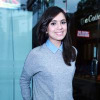 Senyum Bu Dokter Nycta Gina ini sangat manis sekali. (M. Akrom Sukarya/Bintang.com)
