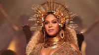Ibu hamil yang satu ini ternyata tidak terganggu dengan kondisi perut buncitnya. Beyonce tampil dengan kostum berwarna emas dengan aksesoris dan hiasan kepala yang juga berwarna emas. Di atas panggung, ia didampingi 20 penari latar. (AFP/Bintang.com)