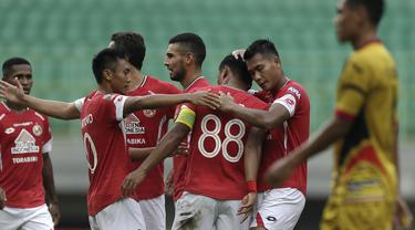 Para pemain Semen Padang merayakan gol yang dicetak Irsyad Maulana ke gawang Mitra Kukar pada laga Piala Presiden 2019 di Stadion Patriot, Bekasi, Kamis (14/3). Padang menang 2-0 atas Mitra. (Bola.com/Yoppy Renato)