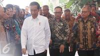 Presiden Jokowi saat meresmikan dimulainya pembangunan rusunami di Sarua, Tangerang Selatan, Kamis (27/4). Jokowi menjamin harga rumah susun itu terjangkau bagi buruh dan MBR dengan harga  Rp 293 juta dan DP 1%. (Liputan6.com/Angga Yuniar)