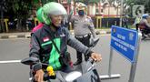 Petugas Lantas Polda Metro Jaya menyuruh pengemudi ojek online yang tidak memakai masker untuk kembali balik ke arah Ciputat saat kegiatan Check Point Pengawasan Pelaksaanaan PSPBB di kawasan Pasar Jumat, Jakarta selatan, Jumat (10/4/2020). (merdeka.com/Arie Basuki)