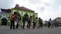 Kegiatan bersih-bersih Masjid Agung Karanganyar dalam menyambut Ramadan ini dilakukan puluhan anggota polwan. (Liputan6.com/Fajar Abrori)
