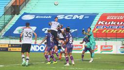 Di babak kedua Persikabo 1973 tampil ngotot demi mengejar ketertinggalan dari Persita Tangerang yang sudah unggul dua gol lebih dulu. (Bola.com/Nandang Permana)