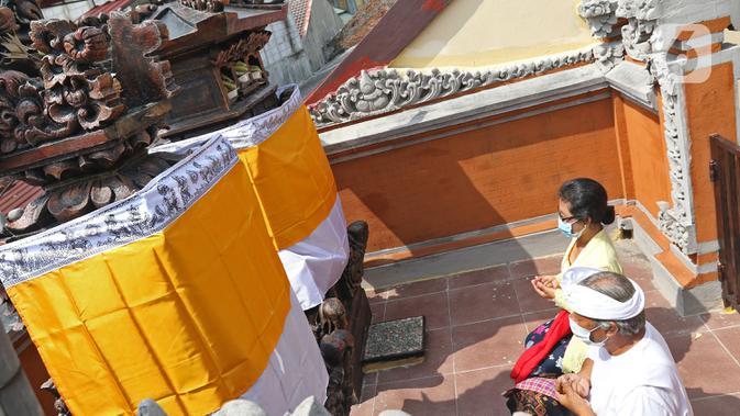 Umat Hindu saat melaksanakan ritual persembahyangan Hari Raya Galungan di Kampung Bali, Bekasi Utara, Bekasi, Jawa Barat, Rabu (16/9/2020). Perayaan Hari Raya Galungan tersebut mengikuti imbauan Pemerintah Kota Bekasi dengan beribadah di rumah. (Liputan6.com/Herman Zakharia)