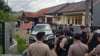 Petugas memeriksa rumah di Batan Indah Tangsel terkait paparan radioaktif. (Pramita/Liputan6.com)