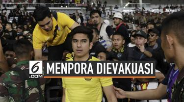Menpora Malaysia Syed Saddiq Syed Abdul Rahman terpaksa dievakuasi saat menyaksikan laga indonesia Vs Malaysia di SUGBK Kamis (5/9) malam.