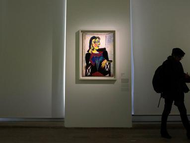 Pengunjung berjalan melewati lukisan berjudul Portrait de Dora Maar karya Pablo Picasso dalam pameran 'Guernica' di Museum Picasso, Paris, Prancis, Jumat (23/3). Pameran ini memperingati 80 tahun karya Pablo Picasso. (AP Photo/Christophe Ena)