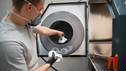 Pengembang menunjukkan proses pembuatan respirator dengan teknologi cetak 3D di Praha, 26 Maret 2020. Di tengah kurangnya pasokan masker di Ceko akibat COVID-19, Universitas Teknik Ceko mengembangkan jenis respirator baru yang dapat diproduksi menggunakan teknologi cetak 3D. (Xinhua/Dana Kesnerova)