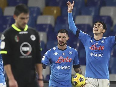Selebrasi pemain Napoli, Eljif Elmas (kanan) usai menjebol gawang Spezia dalam pertandingan perempat final Coppa Italia di Stadion Diego Armando Maradona, Jumat (29/1/2021) dini hari WIB. (Foto: AP/LaPresse/Alessandro Garofalo)