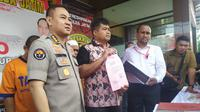 Ditreskrimum dan Ditreskrimsus Polda Jatim menangani dugaan korupsi dana pembangunan SDN Gentong Pasuruan. (Foto: Liputan6.com/Dian Kurniawan)