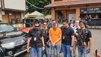Polres Jakbar merilis kasus Tohab Silaban, pengemudi Agya yang melawan polisi saat ditilang. (Nanda Perdana Putra/Liputan6.com)