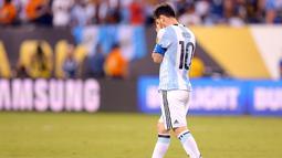 Penyerang Argentina, Lionel Messi saat melakukan tendangan penalti pada Final Copa America 2016 di MetLife Stadium, AS, Senin (27/6). Chile menang atas Argentina lewat adu penalti dengan skor 4-2. (Adam Hunger-USA TODAY Sports)