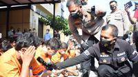 Tersangka narkoba di Polrestas Sidoarjo. (Dian Kurniawan/Liputan6.com)