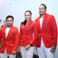 Pungky Afriecia (atlet voli), Eko Yuli Wirawan (atlet angkat besi), dan Arki Wisnu (atlet basket) memakai seragam yang akan dipakai untuk pembuka dan penutupan Asian Games 2018. (Instagram/theexecutive)
