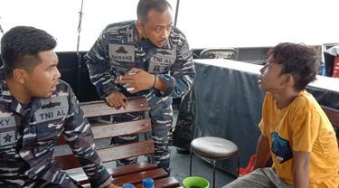 TNI AL menyelamatkan seorang pelajar yang terobang-ambing di tengah perairan Banten.