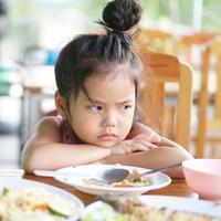 Anak makannya sedikit./Copyright shutterstock.com/g/kornnphoto