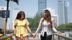 Dua wanita yang tergabung dalam Gerakan Nasional #SelasaBerkebaya melakukan kampanye berkebaya di Stasiun MRT Dukuh Atas, Jakarta, Selasa (25/6/2019). Kegiatan kampanye tersebut untuk mengembalikan jati diri bangsa Indonesia dengan berkebaya di setiap hari Selasa.(Www.sulawesita.com)