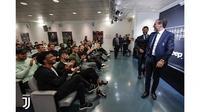 Pelatih Juventus, Massimiliano Allegri, bersama para pemain sebelum konferensi pers perpisahannya di Turin, Italia, Sabtu (18/5/2019). (Juventus.com)