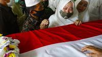 Tangisan istri Pelda Anumerta Rama Wahyudi, Anita, di dekat peti jenazah prajurit TNI gugur di Kongo itu. (Liputan6.com/M Syukur)