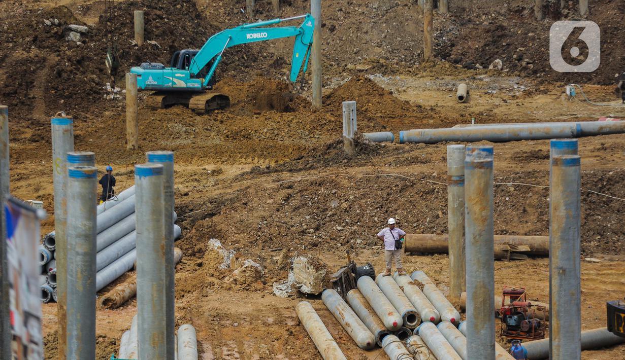 Aktivitas pekerja proyek pembangunan Pasar Senen Blok I dan II di kawasan Pasar Senen, Jakarta Pusat, Rabu (11/3/2020). Pasar Senen Blok I dan II yang menempati lahan seluas 69.600 meter persegi tersebut dibangun kembali setelah kebakaran pada 2017.  (Liputan6.com/Faizal Fanani)
