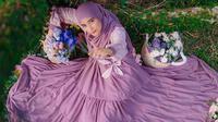 Sejak menikah dengan Rizki D'Academy, sosok Nadya Mustika Rahayu menjadi pusat perhatian warganet. Bahkan popularitas yang dimilikinya ini membuat ia menjadi selebgram. Wanita ini kerap mendapat tawaran endorse dari berbagai produk. (Liputan6.com/IG/@nadyamustikarahayu)