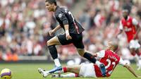 Manchester United's Portuguese player Cristiano Ronaldo (L) takes the ball past Arsenal's French player Gael Clichy (R) during the Premiership football match at The Emirates Stadium in London 03 November 2007. AFP PHOTO ADRIAN DENNIS