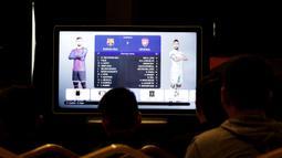 Sejumlah peserta mengikuti laga penyisihan seleksi Liga 1 PES Series Jakarta di Pluit, Jakarta, Sabtu, (19/1). Nantinya pemenang akan mewakili Indonesia di ajang Liga 1 PES Asia di Thailand. (Bola.com/M. Iqbal Ichsan)
