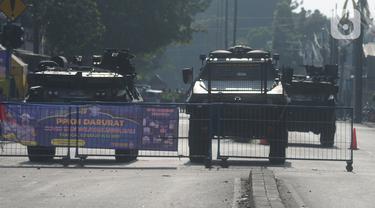 Kendaraan taktis jenis barracuda dan panser disiagakan di pos penyekatan di Jalan Raya Bogor, Jakarta Timur, Selasa (6/7/2021). Petugas Gabungan Polri dan TNI menyiapkan kendaraan taktis untuk membantu penyekatan selama PPKM Darurat Jawa - Bali. (merdeka.com/Imam Buhori)