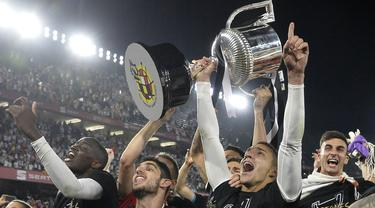 Para pemain Valencia merayakan gelar juara Copa del Rey usai mengalahkan Barcelona di Stadion Benito Villamarin, Sevilla, Sabtu (25/5). Barcelona kalah 1-2 dari Valencia. (AFP/Jose Jordan)