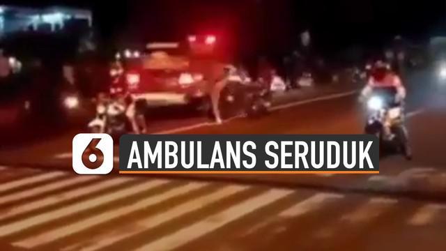 Video mobil ambulans seruduk penonton balap liar viral di media sosial.