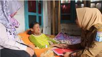 Tangis janda anak 2 penderita lumpuh di hadapan Plt Bupati Purbalingga. (Liputan6.com/Galuh Widoera)