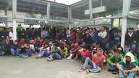 Petugas keamanan menggagalkan pelajar di Bogor mau demo di Jakarta.