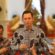 Ketua Kogasma Partai Demokrat Agus Harimurti Yudhoyono atau AHY memberi keterangan usai bertemu dengan Presiden Joko Widodo atau Jokowi di Istana Merdeka, Jakarta, Kamis (2/5/2019). (Liputan6.com/Angga Yuniar)
