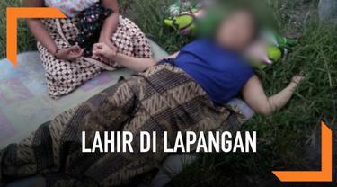 Seorang ibu terpaksa melahirkan di tanah lapang dan hampir tanpa pertolongan. Beruntung ada polisi yang melintas dan membantu persalinan. Setelahnya sang ibu dibawa ke puskesmas untuk mendapat perawatan.