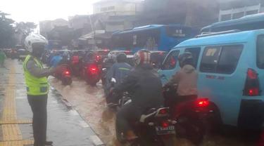 Arus lalu lintas di Jalan Jatinegara Barat, Senin (8/2/2021) pagi, tersendat karena genangan banjir