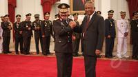 Kapolri Jenderal Pol. Badrodin Haiti (kiri) mendapat ucapan selamat dari Plt Ketua KPK Taufiqurrahman Ruki setelah resmi menjabat sebagai Kapolri di Istana Negara, Jakarta, Jumat (17/4/2015). (Liputan6.com/Faizal Fanani)